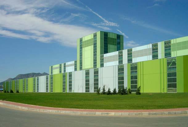 Illustration einer grünen Industriehalle mit hoher Energieeffiizienz
