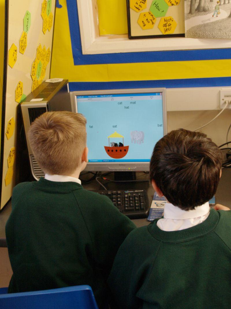 Foto von 2 Kindern am Computer im Kinderzimmer