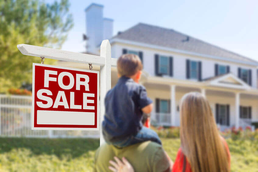 Familie kauft Haus