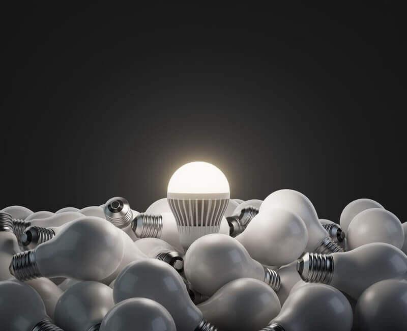 LED-Leuchte inmitten von Glühbirnen