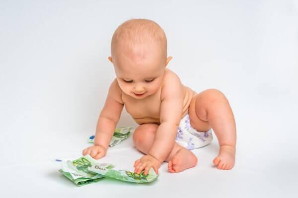 Baby spielt mit Geld