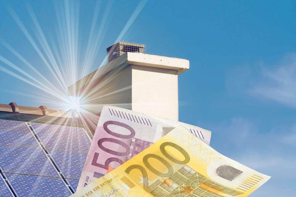 Geld vor einer Solaranlage