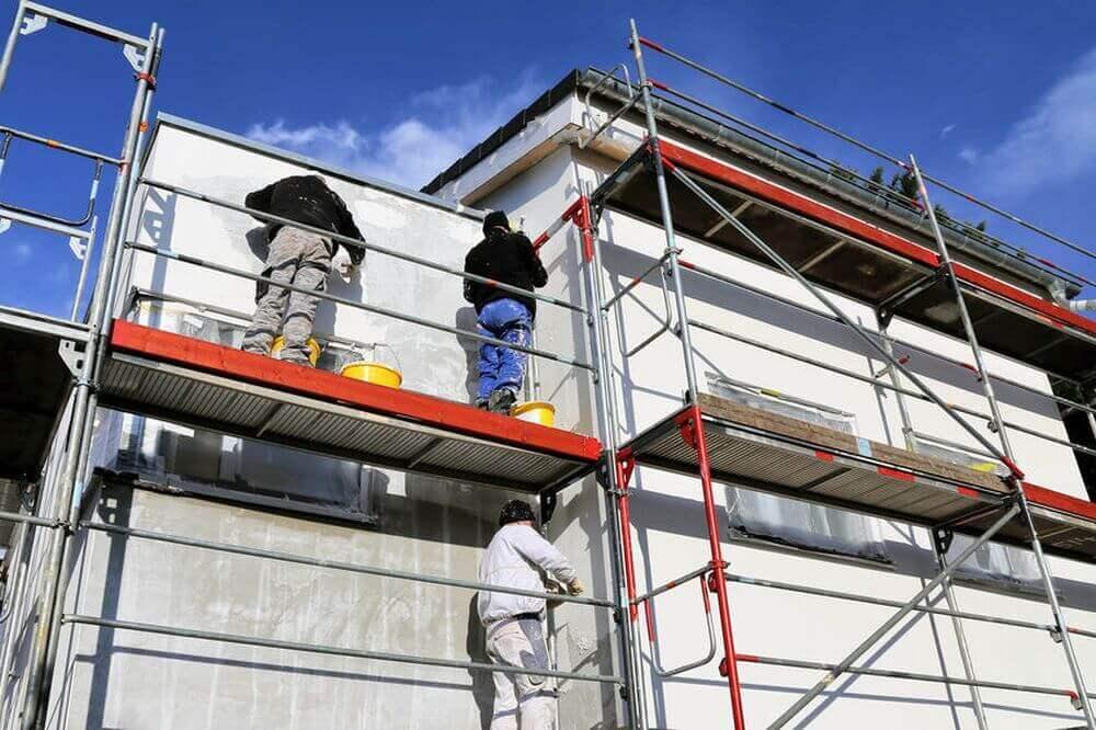 Sanierung von einem Gebäude mit Gerüst