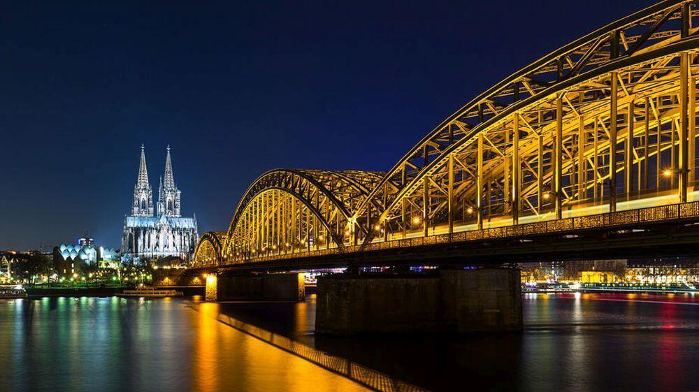 Köln bei Nacht beleuchtet