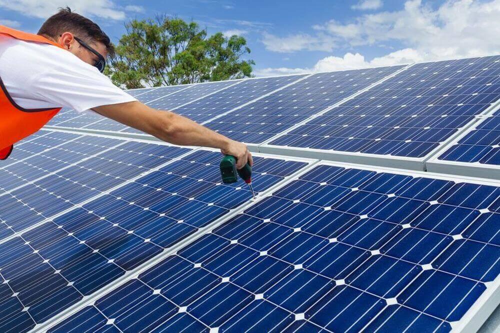 Installation Sonnenkollektor auf Dach