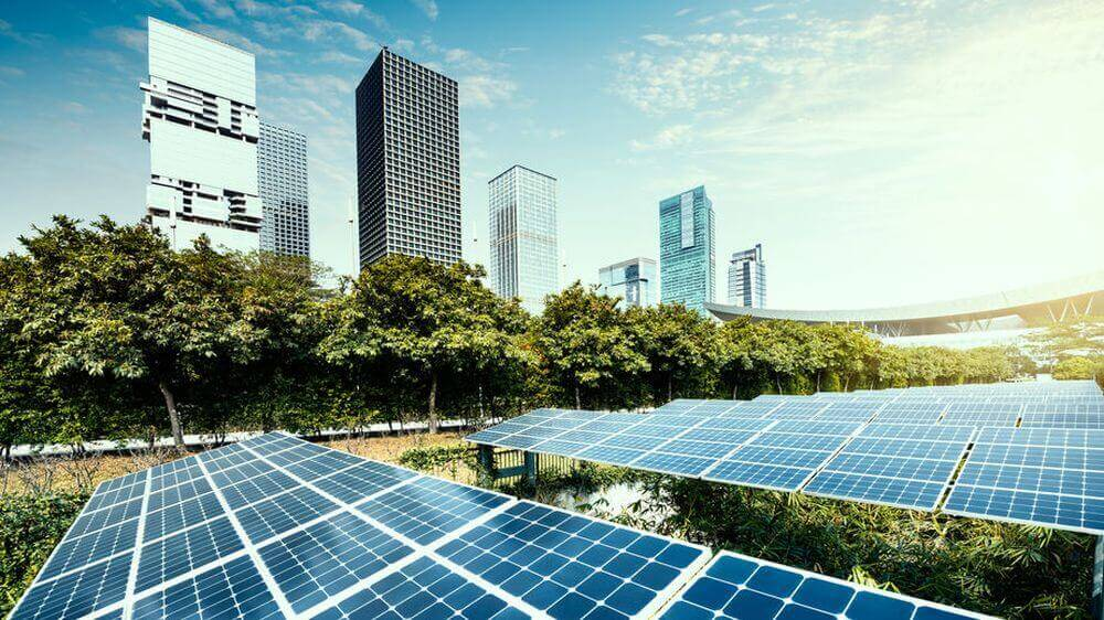 Solaranlage vor einem Bürogebäude