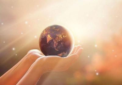 Weltkugel in Händen haltend