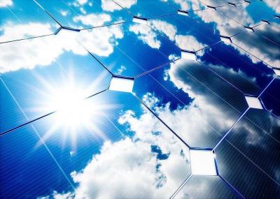 Blaue Solarzellen im Sonnenlicht