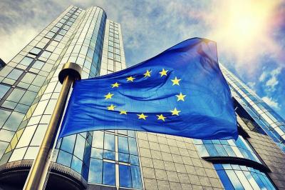 Flagge der EU im Sonnenschein