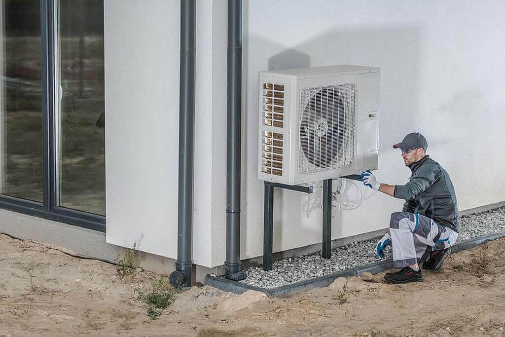 Luft-Wärme-Pumpe wird installiert